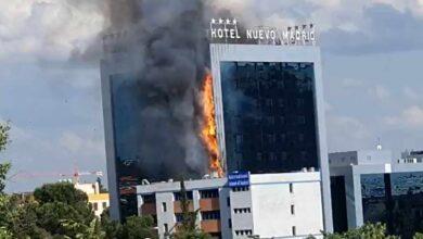 Los bomberos controlan un gran incendio en un hotel junto a la M-30 de Madrid