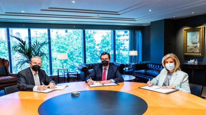 """El presidente de la Fundación """"la Caixa"""", Isidro Fainé; el presidente de la CEOE, Antonio Garamendi, y la presidenta de la Fundación CEOE, Fátima Báñez, firman un acuerdo para favorecer la inclusión laboral de colectivos vulnerables en el marco del programa Incorpora"""