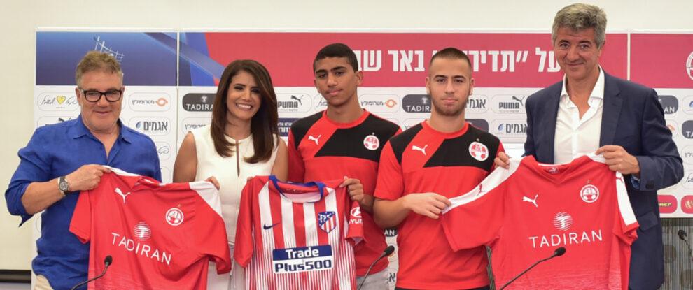 Idan Ofer, accionista israelí del Atlético de Madrid, en la firma de un convenio