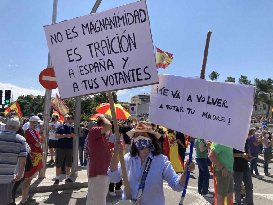 Una manifestante, que dice ser ex votante del PSOE, en Colón