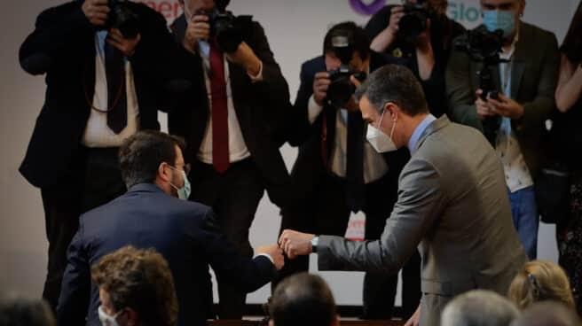 El presidente de la Generalitat, Pere Aragonès (i); y el presidente del Gobierno, Pedro Sánchez (d)