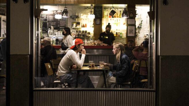 Dos jóvenes en el interior de un bar en Madrid.