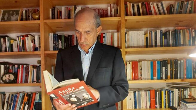 El ex dirigente socialista posa en su biblioteca con un libro