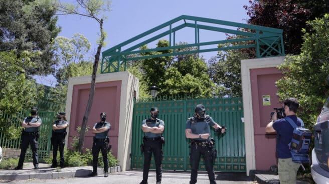 Guardias civiles, a las puertas este martes de la casa de José Luis Moreno en Boadilla del Monte (Madrid).