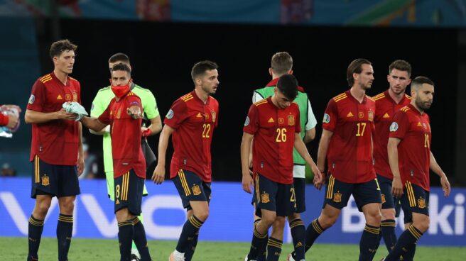 Los jugadores de la selección española, cabizbajos tras el empate frente a Polonia.