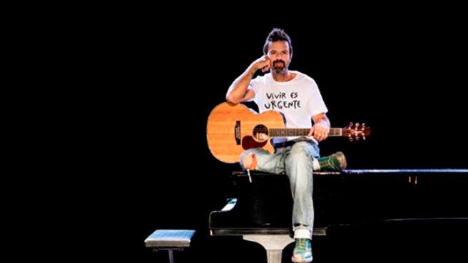 Pau Donés luciendo una camiseta de la lucha contra el cánces