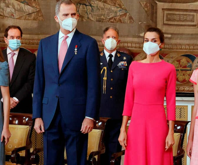 Semana de Reinas: Isabel II resplandece y Letizia recicla