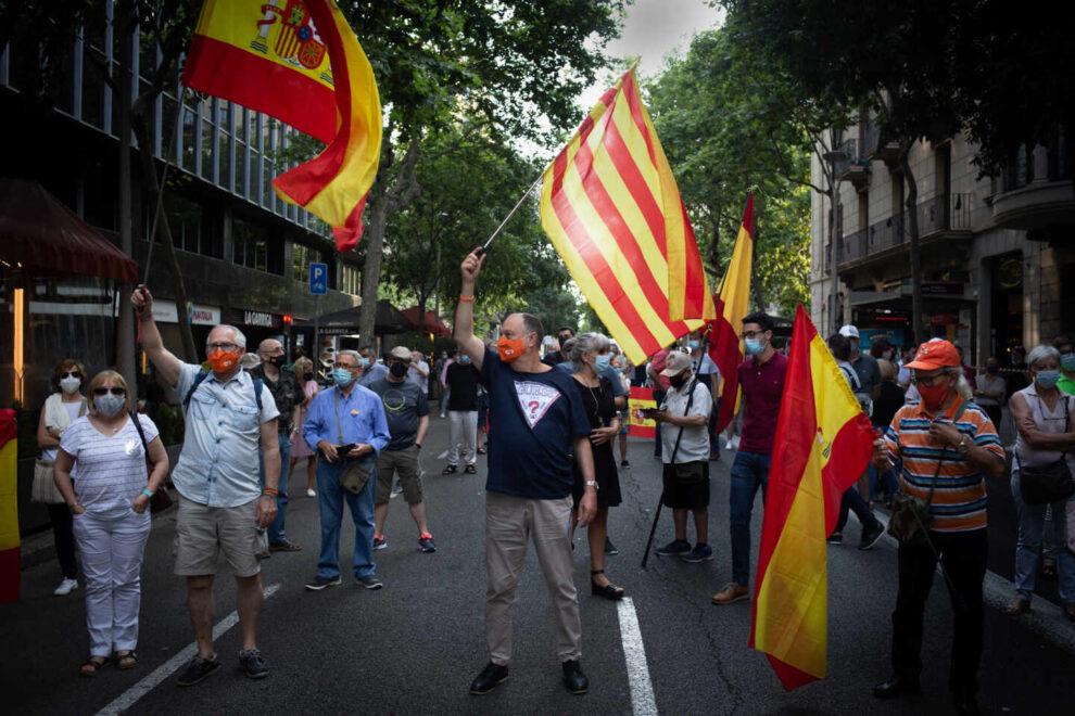 Varias personas con banderas de España y de Cataluña, durante una concentración convocada por el partido político Ciudadanos, acompañados por el PP de Cataluña contra los indultos