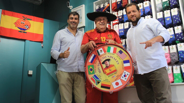 """Manolo """"el del Bombo"""" con los dos dueños de """"Pepe Pinreles"""""""