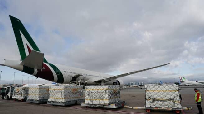 Personal del aeropuerto de Barajas descarga un cargamento de material sanitario en la primera oleada.