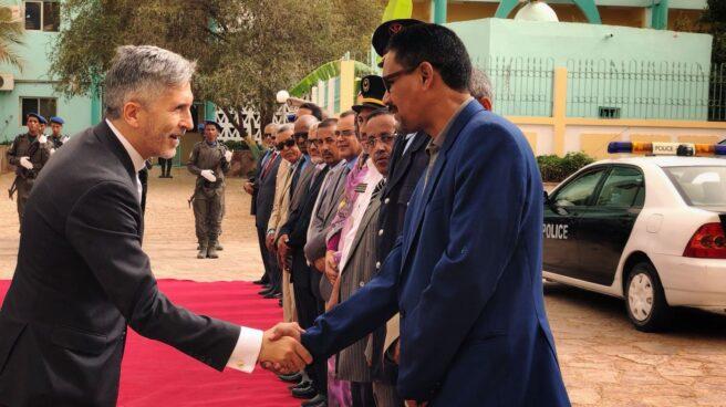 Grande-Marlaska saluda a autoridades de Mauritania en un viaje realizado a Nuakchot en julio de 2018.