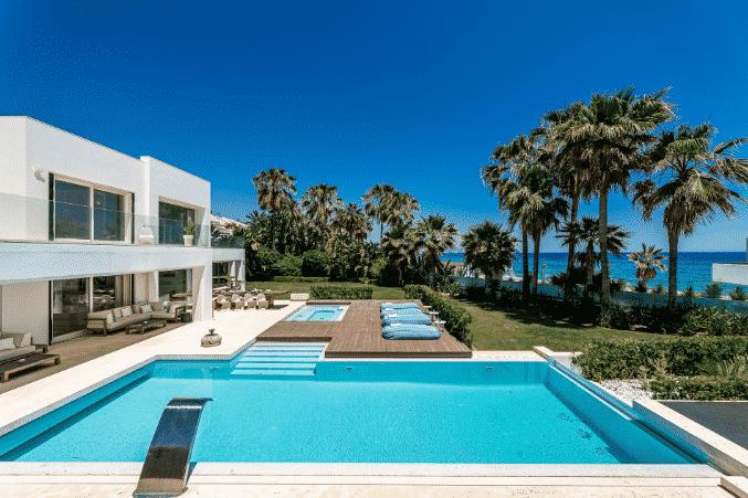 Villa contemporánea en primera línea de playa en Marbella