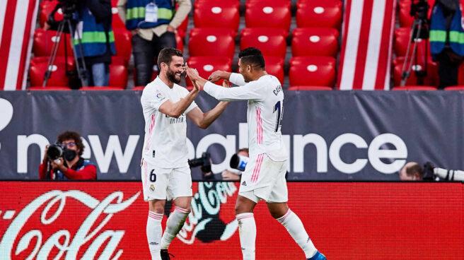 Nacho Fernández y Casemiro celebran un gol del Real Madrid.