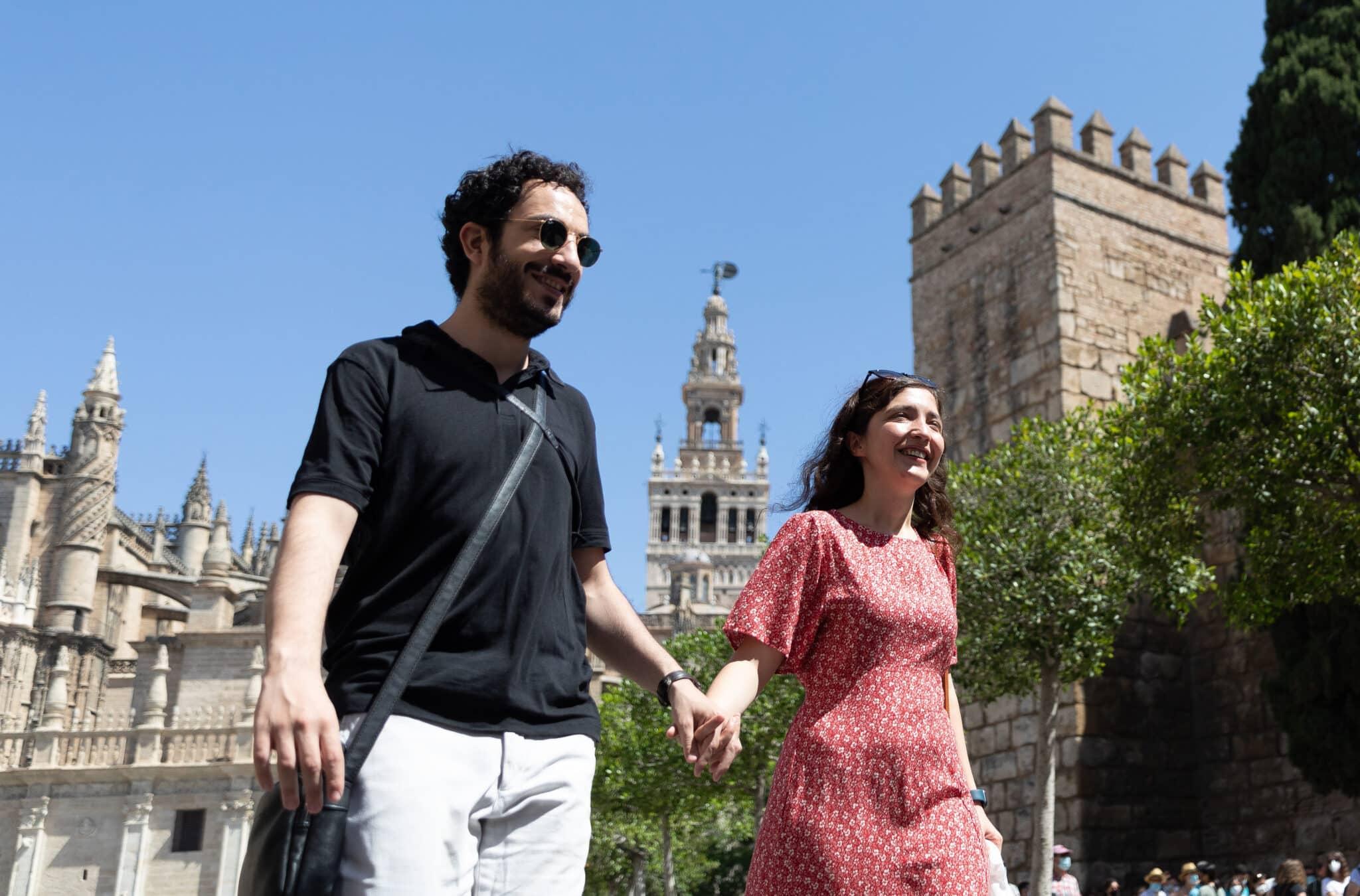 Una pareja sin mascarilla pasean por el entorno de la Catedral durante el primer día en el que no es obligado el uso de la mascarilla en exteriores desde el inicio de la pandemia.