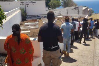 Migrantes participan en un homenaje a los fallecidos en el naufragio de abril en cementerio de Santa Lastenia, en Santa Cruz de Tenerife