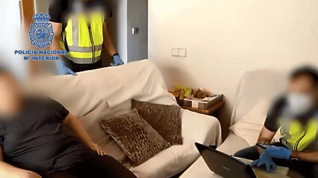 El detenido mientras la policía registra su domicilio