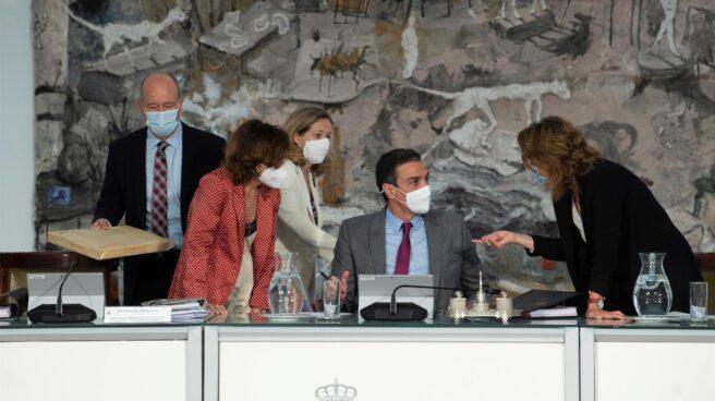 Pedro Sánchez, junto a las vicepresidentas del Gobierno y el ministro Juan Carlos Campo durante el consejo de ministros en el que se aprueban los indultos a los líderes independentistas.