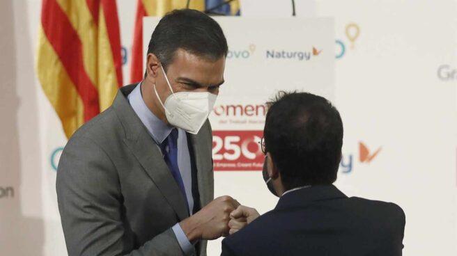 El presidente del Gobierno, Pedro Sánchez, saluda a Pere Aragonès este lunes en Barcelona.