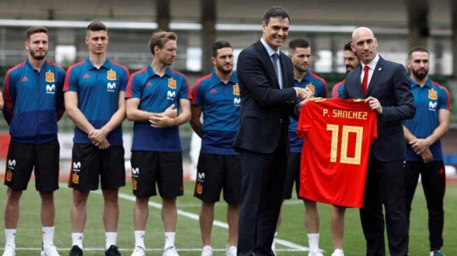 El presidente del Gobierno saluda a Luis Rubiales en una visita a la selección en 2018.