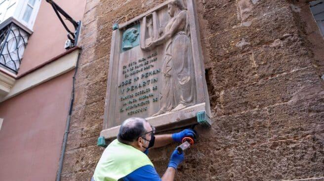 Un operario retira la placa de José María Pemán