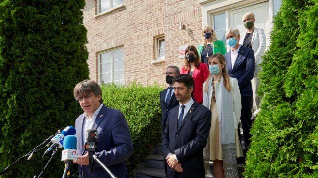 Carles Puigdemont atienda a la prensa tras su reunión con los consejeros de JxCat en Waterloo.