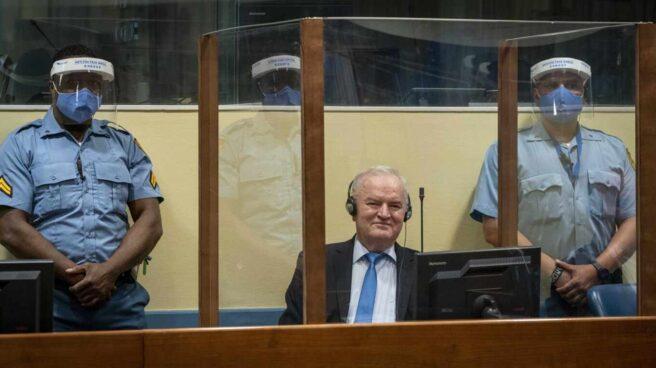 El criminal de guerra Ratko Mladic aguarda su veredicto en el tribunal de La Haya.