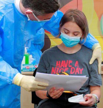 De Canadá a Francia, los niños entran en las campañas de vacunación Covid