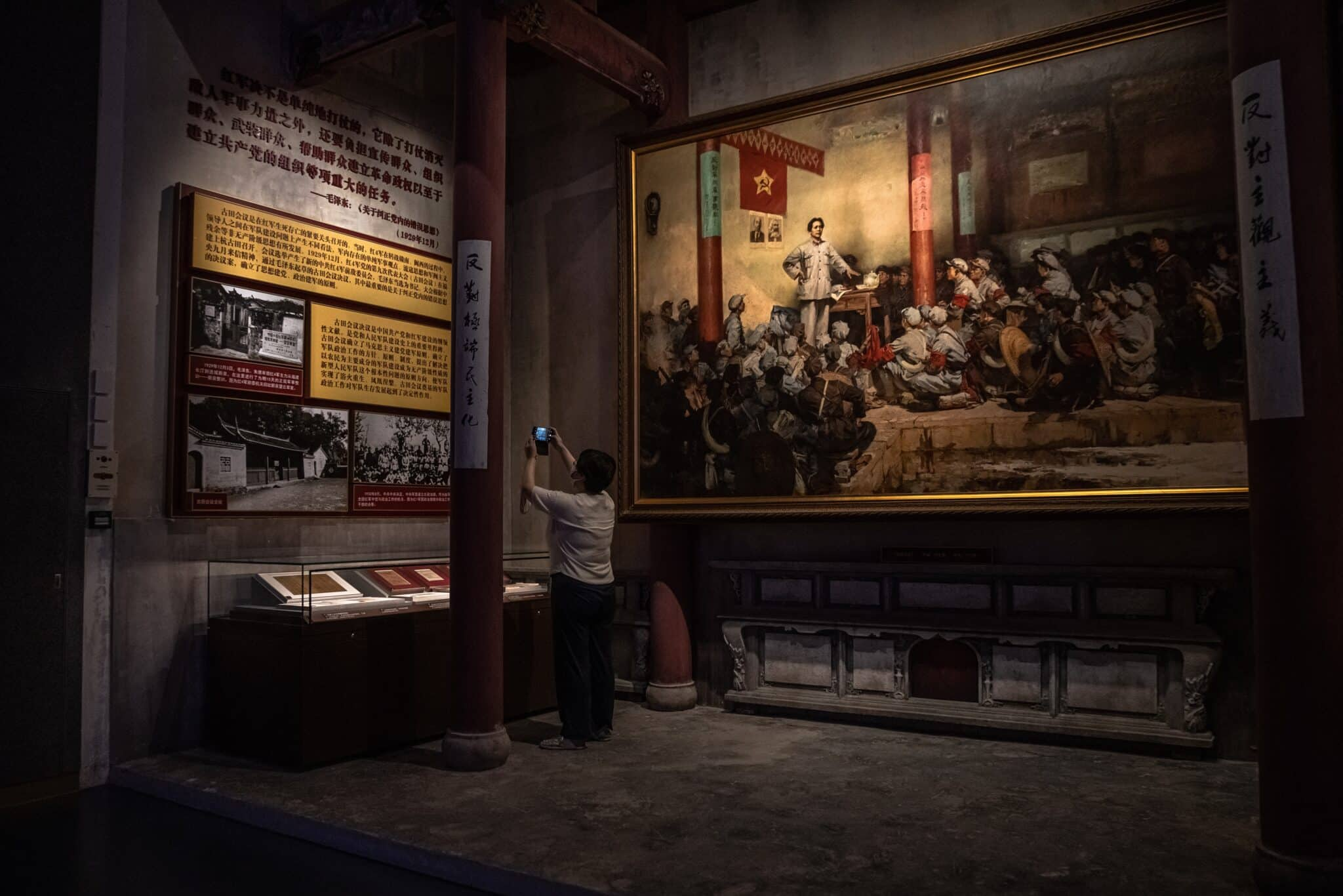 Visitante toma una foto del Museo del Partido Comunista de China en Pekín