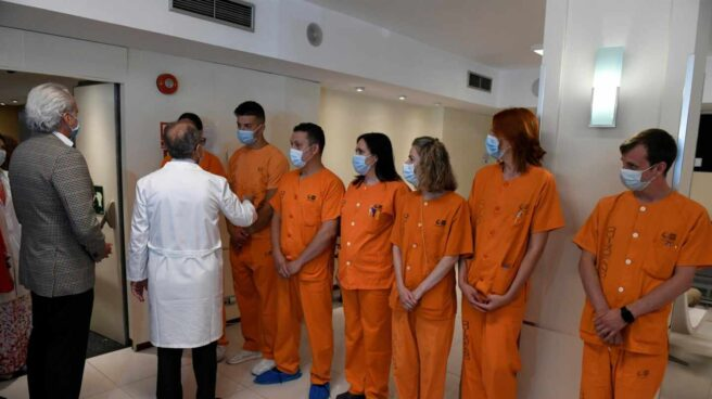 El consejero Enrique Ruiz Escudero saluda a un grupo de sanitarios en el cierre de un hotel medicalizado.