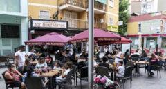 Un grupo de personas en una terraza de Móstoles (Madrid).
