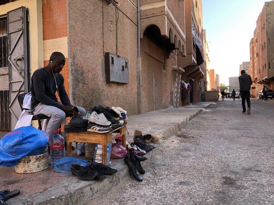 Un vendedor subsahariano en la ciudad de El Aaiun, en el Sáhara Occidental ocupado por Marruecos