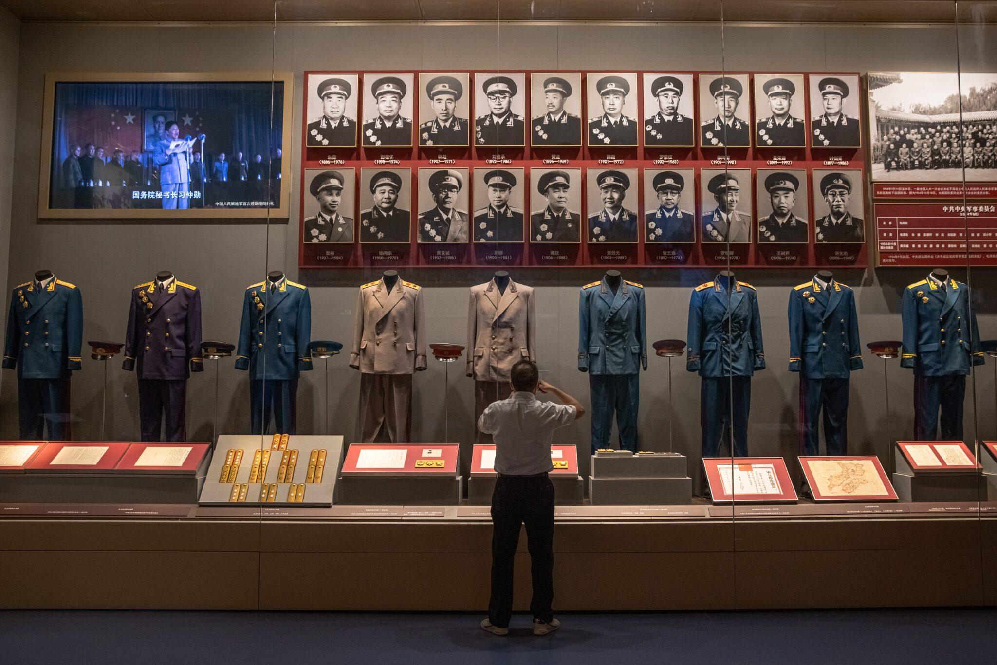 Visitante observa uniformes en el Museo del Partido Comunista de China en Pekín