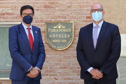 Óscar López-Águeda, presidente CEO de Paradores de España (izda.) junto a Emilio Gayo, presidente de Telefónica España