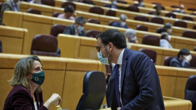 El ministro de Consumo, Alberto Garzón, y la ministra de Transición Ecológica, Teresa Ribera, en el Senado