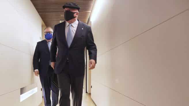 El comisario jubilado Villarejo, acompañado de su abogado, en los pasillos del Congreso.
