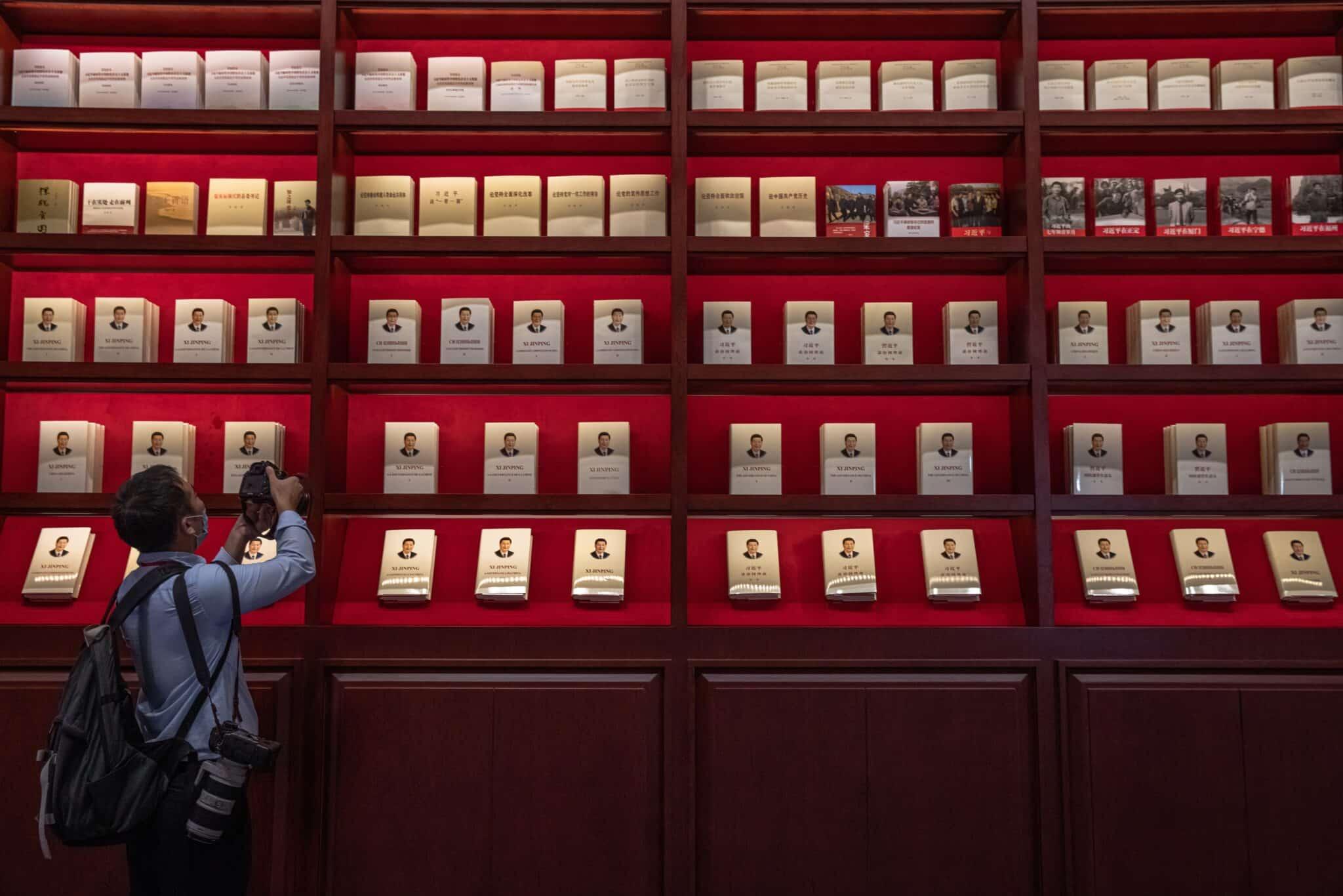 Fotógrafo capta instantáneas del libro 'La gobernancia de China' del actual líder chino Xi Jinping