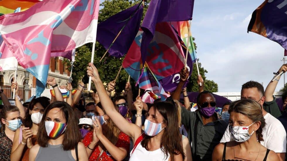 Las ministras (i-d) Ione Belarra, Irene Montero y YolandaDíaz, durante la marcha del Orgullo LGTBI