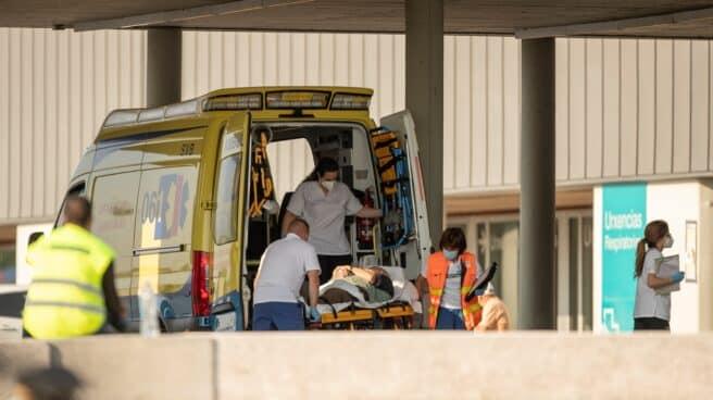 Una ambulancia en Urgencias del hospital HULA en Lugo