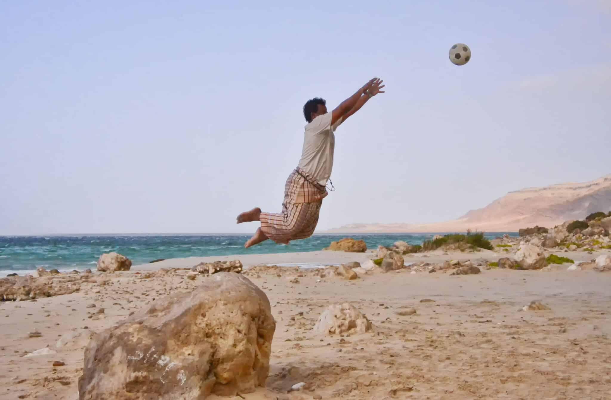 Un vecino de la isla juega al fútbol en la playa. Rod Waddington