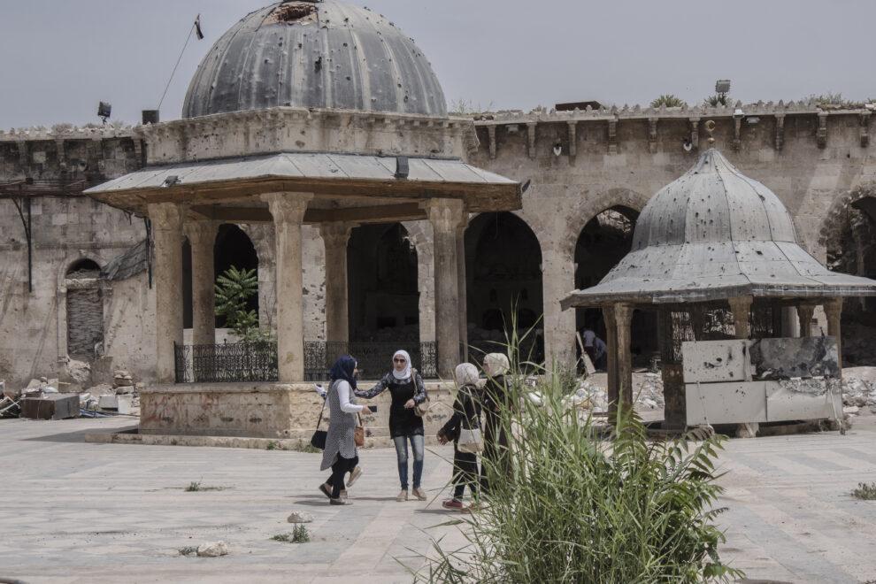 Unas jóvenes visitan los restos de la Gran Mezquita de los Omeyas, en el Alepo viejo