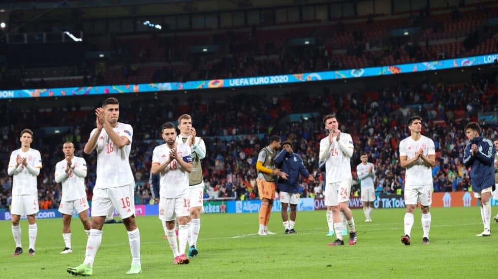 Los jugadores de España aplauden a los hinchas tras caer eliminados