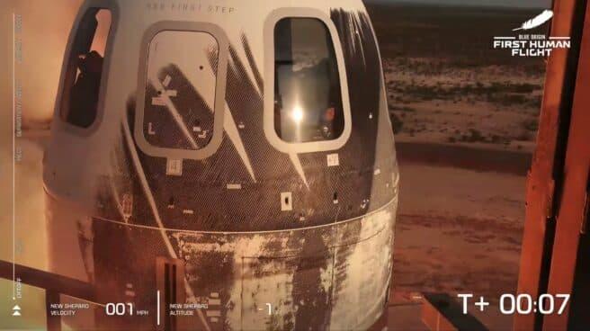 El Blue Origin New Shepard de Jeff Bezos despegando con Jeff Bezos, Mark Bezos, Wally Funk y Oliver Daemen a bordo.