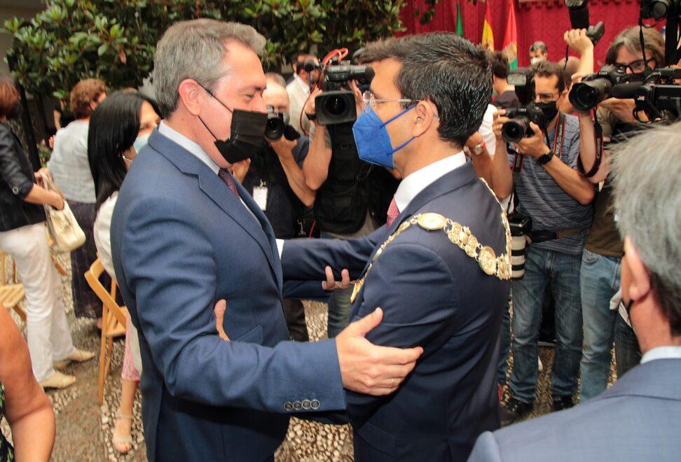 El candidato del PSOE-A a la presidencia de la Junta de Andalucía, Juan Espadas, felicita a Francisco Cuenca