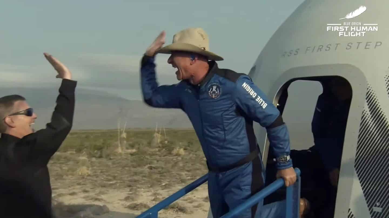 Jeff Bezos vuelve con éxito del espacio