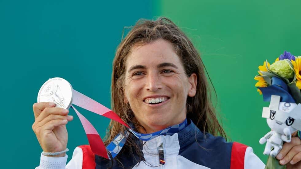 La española Maialen Chourraut celebra en el podio tras recibir la medalla de plata en kayak