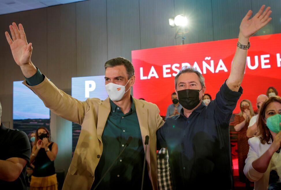 El presidente del Gobierno, Pedro Sánchez, junto al candidato socialista a la Junta, precandidato a la Secretaría General del PSOE-A y alcalde de Sevilla, Juan Espadas.