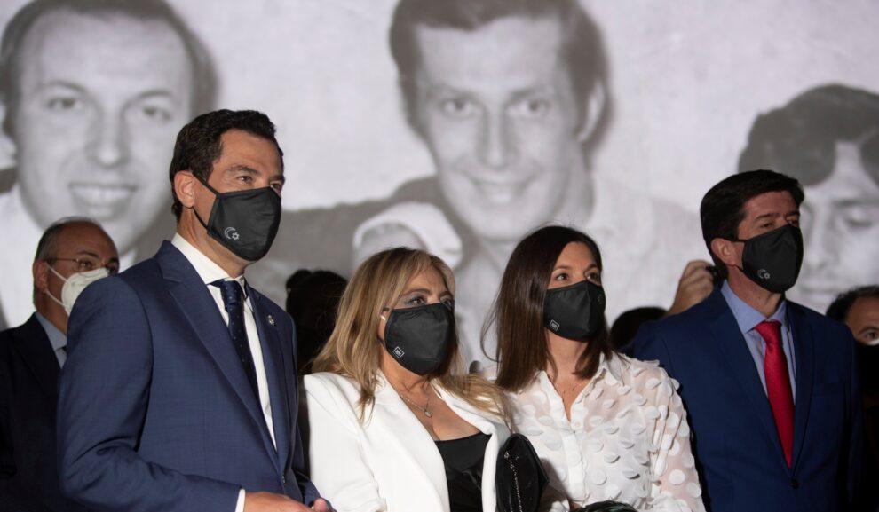 """Moreno Bonilla, acompañado por la alcaldesa de San Fernando, Patricia Cavada, la viuda de Camarón de la Isla, Dolores Montoya """"La Chispa"""" y Marín, a principios de julio"""