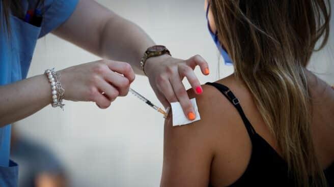 Una joven recibe la vacuna contra la covid-19 este martes en la plaza de toros de Illumbe de San Sebastián