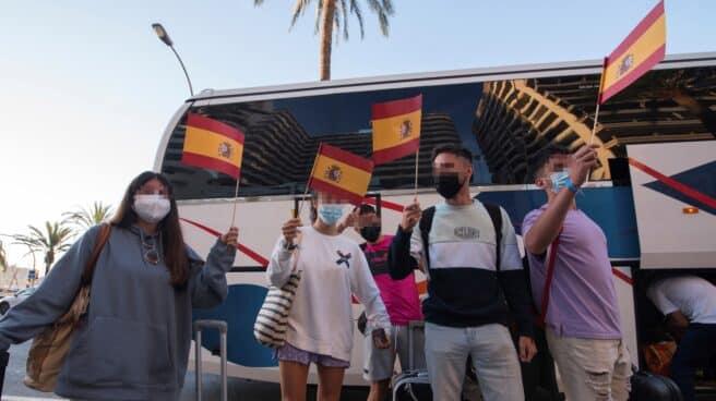 Estudiantes abandonan el hotel covid de Palma de Mallorca.