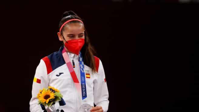 La española Adriana Cerezo recibe la medalla de plata en la categoría de -49kg femenina de Taekwondo durante los Juegos Olímpicos 2020, este sábado en el recinto de Makuhari Messe en Tokio (Japón).